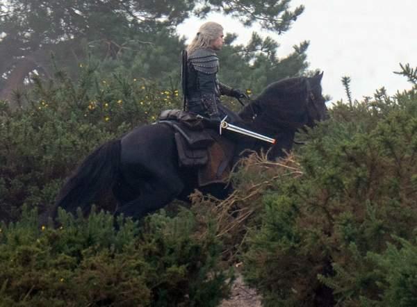 """《巫师》美剧第二季重新开始拍摄,新片场照杰洛特持断剑骑""""萝卜"""""""